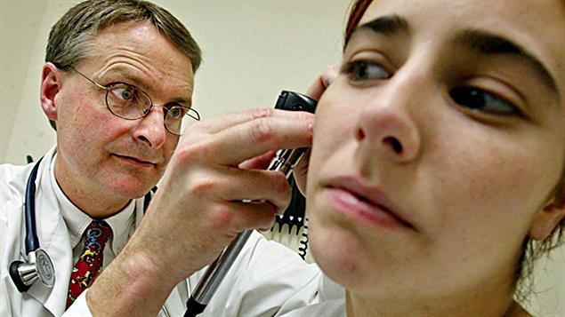 Un médecin et une patiente lors d'une consultation