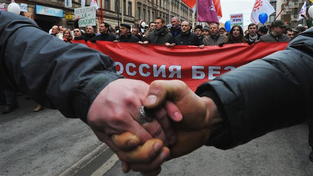 Des manifestants ont formé une chaîne humaine dans plusieurs villes de la Russie, notamment à Moscou et Saint-Pétersbourg.