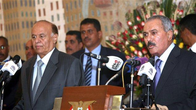 Ali Abdallah Saleh (à droite avec son successeur Abd Rabbo Mansour Hadi lors de la cérémonie de passation de pouvoir