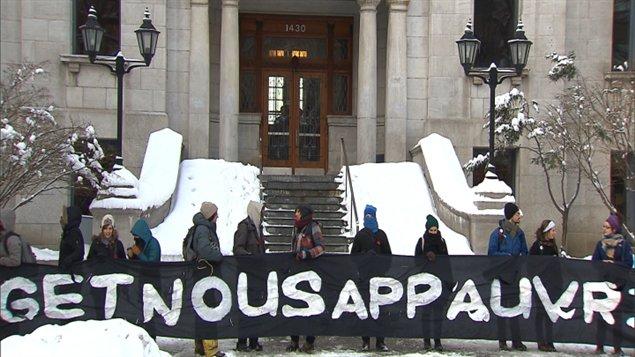 Des étudiants bloquant les accès au pavillon Athanase-David de l'UQAM en février.