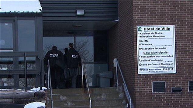 Des policiers à l'entrée de la mairie