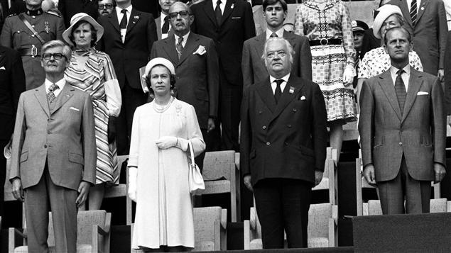 La reine Elizabeth II et le prince Philip (extrême droite)