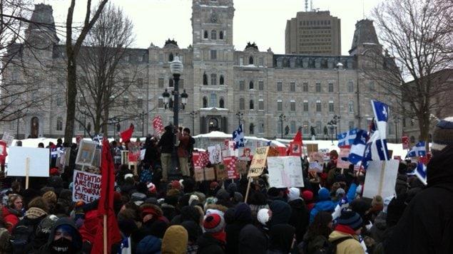 Des milliers d'étudiants manifestent devant le parlement.
