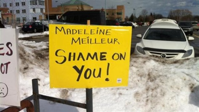 Une affiche dénonce la position de la ministre déléguée aux Affaires francophones de l'Ontario, Madeleine Meilleur.