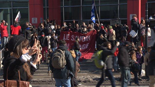 Les manifestants devant les bureau de Loto-Québec, rue Sherbrooke