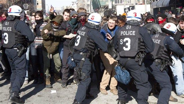 Une manifestation étudiante tourne à l'affrontement le 7 mars 2012 au centre-ville de Montréal.
