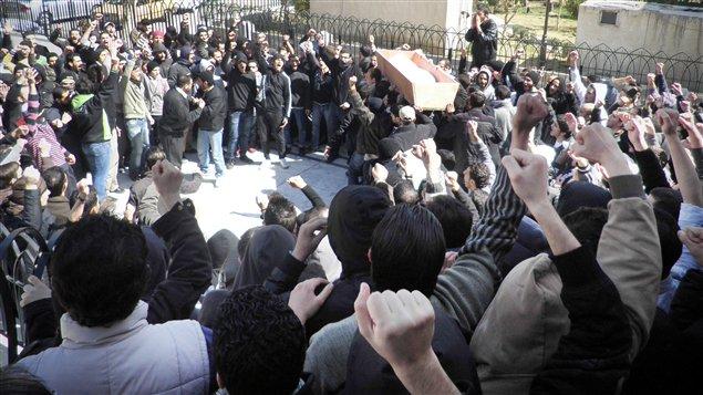 Les funérailles d'un soldat apparemment tué par ses collègues se sont transformées en manifestation anti-Assad, jeudi, dans le quartier Mezzeh de Damas.