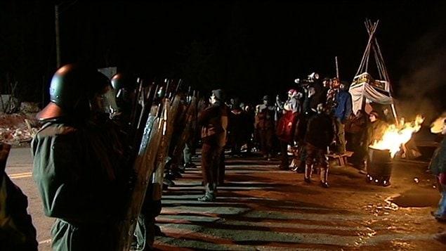 Les policiers antiémeutes à la barricade