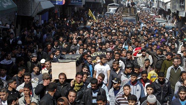 Des Palestiniens transportent les corps de leurs compatriotes tués par les bombardements de l'armée israélienne (10 mars 2012).