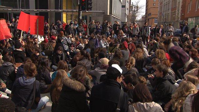 Des étudiants bloquant la rue Sainte-Catherine