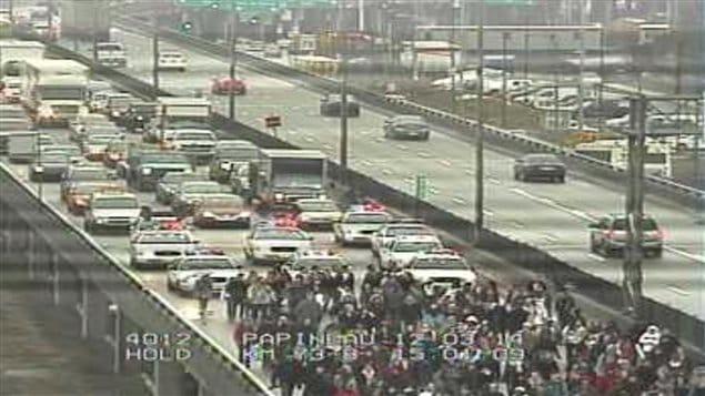 Des manifestants bloquent l'autoroute 40, à Montréal