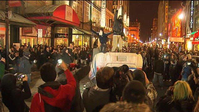 Des manifestants ont renversé une voiture de police devant le Centre Eaton, sur la rue Sainte-Catherine.