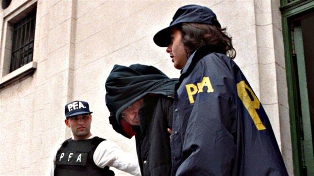 Le clan de Mario Fabbrocino (ici escorté par la police à Buenos Aires) est la principale cible de la nouvelle opération anti-mafia.