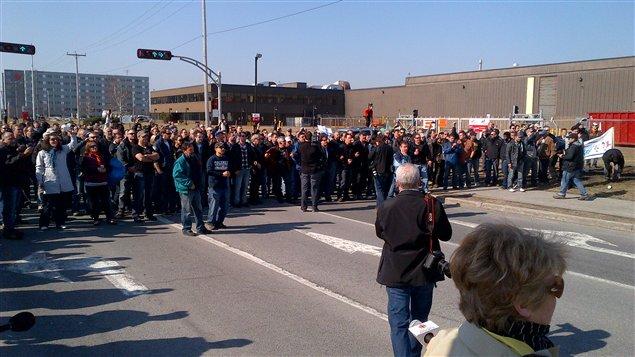 Les employés d'Aveos devant les installations d'Air Canada.