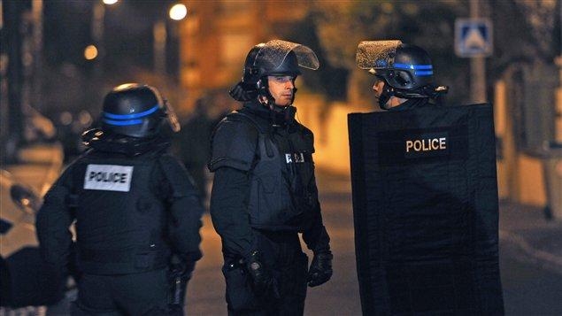Les agents de l'unité d'élite de la police française (RAID) devant l'immeuble où s'est retranché le suspect de la fusillade de Toulouse.