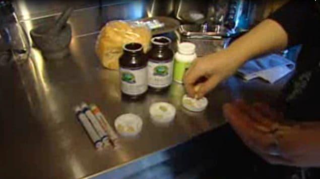 Une mère prépare les doses de vitamines pour sa famille.