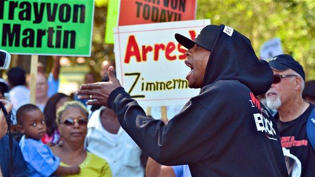 Des centaines de manifestants se sont rassemblés à Sanford, en Floride, pour réclamer l'arrestation du meurtrier de Trayvon Martin.