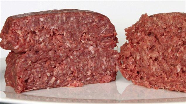 De la viande hachée découpée en deux