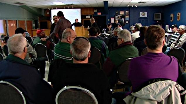 Les employés de l'usine White Birch de Gatineau votent.