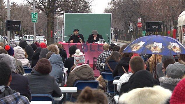Des étudiants en grève assistent à un cours en plein air au cégep Édouard-Montpetit.