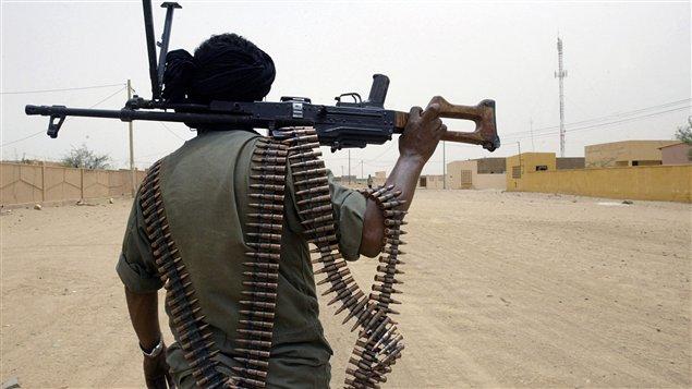 Un soldat malien patrouille les rues de la localité de Kidal, prise vendredi par les rebelles.