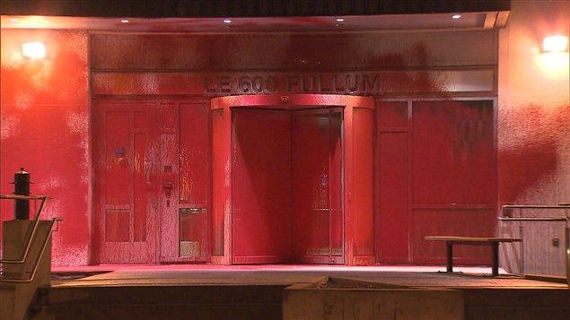 L'entrée principale du 600, rue Fullum a été complètement peinturée de rouge à Montréal.