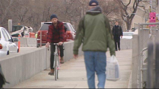 Piétons et cyclistes sur le pont Osborne