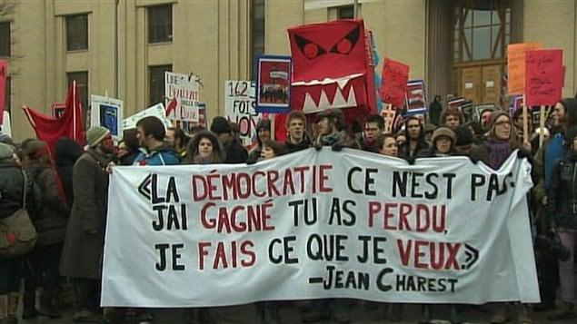 Des centaines d'étudiants en grève de l'Université de Montréal lors d'une manifestation à la mi-mars.