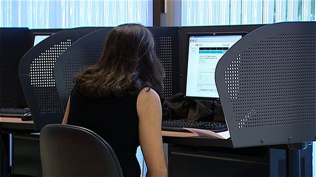 Une femme dans un centre de recherche d'emploi