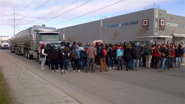 Des étudiants bloquent les accès du centre de distribution de la SAQ, dans l'est de Montréal.