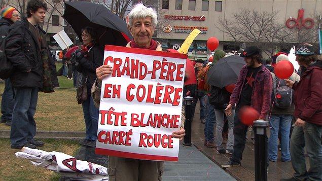 Un grand-père appuie le mouvement étudiant contre la hausse des droits de scolarité lors d'une manifestation à Montréal le 9 avril.