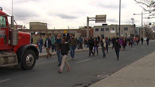Des étudiants bloquent une entrée du port de Montréal