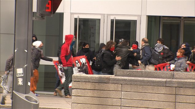 Une bousculade a eu lieu devant la tour de la Banque Nationale à Montréal.