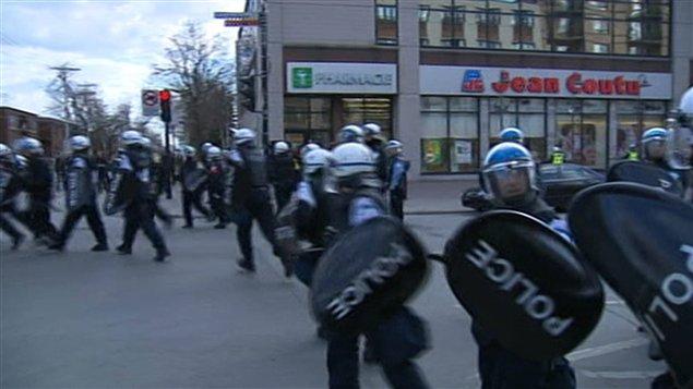 Les policiers interviennent près des bureaux du ministre Raymond Bachand, chemin de la Côte-des-Neiges.