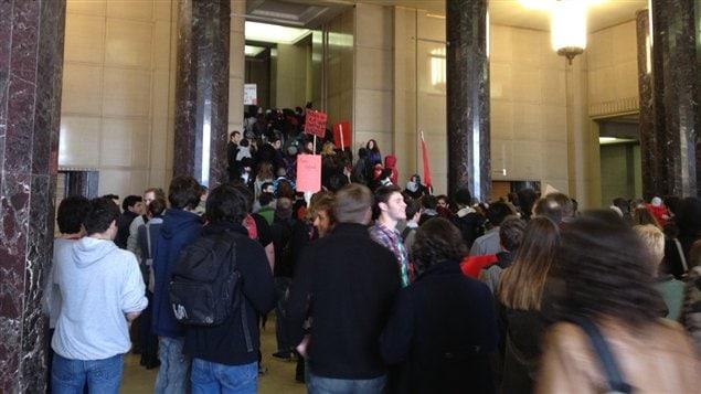 Les manifestants dans le pavillon principal de l'Université de Montréal