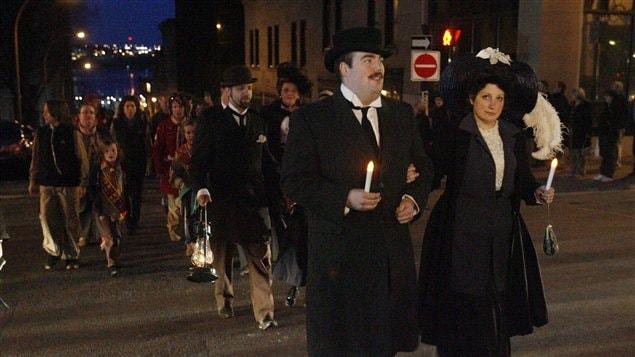 À Halifax, des centaines de personnes ont participé à une marche pour souligner les 100 ans du naufrage du Titanic.