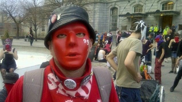 Des manifestants ont dénoncé devant l'hôtel de ville de Montréal l'interdiction éventuelle du port du masque lors de manifestation.
