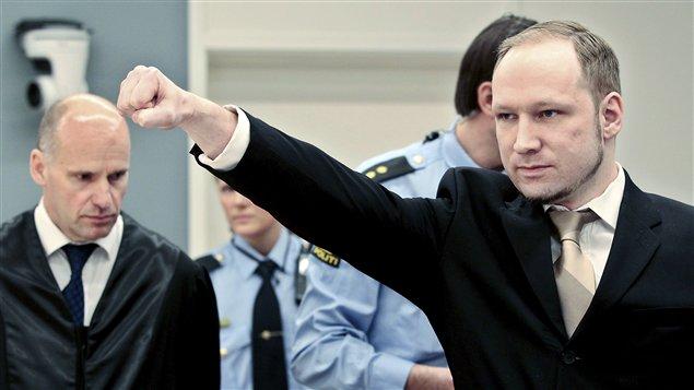 Anders Behring Breivik fait son salut d'extrême droite à son arrivée du tribunal, au premier jour de son procès.