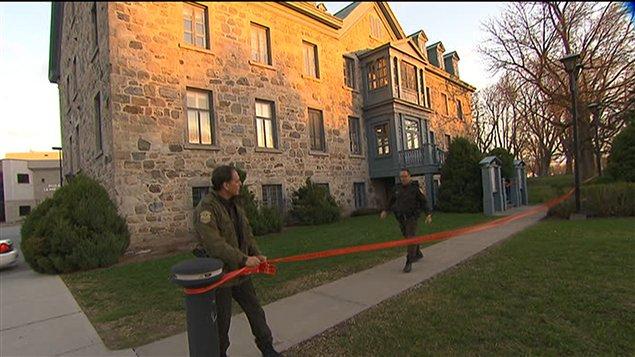 Des policiers érigent un périmètre autour de l'hôtel de ville de Mascouche.