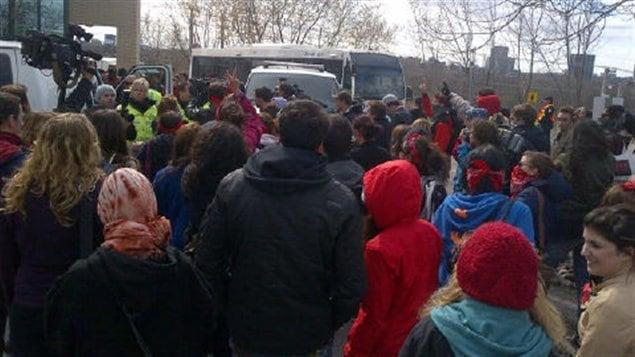 Plus d'une centaine d'étudiants s'étaient rués à l'arrière du pavillon Taché après qu'un professeur eut été arrêté (archives).