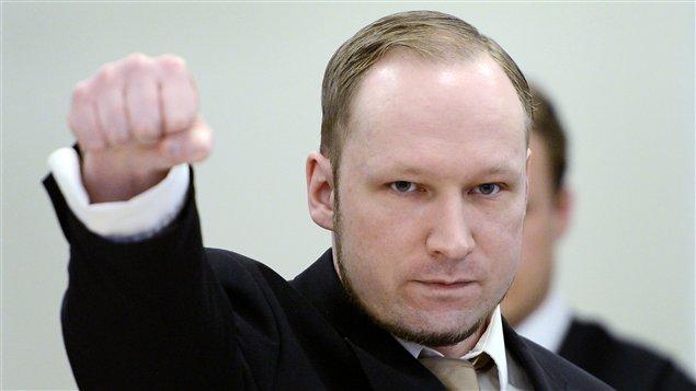 Anders Behring Breivik fait de nouveau son salut d'extrême droite au deuxième jour de son procès au tribunal d'Oslo, en Norvège.