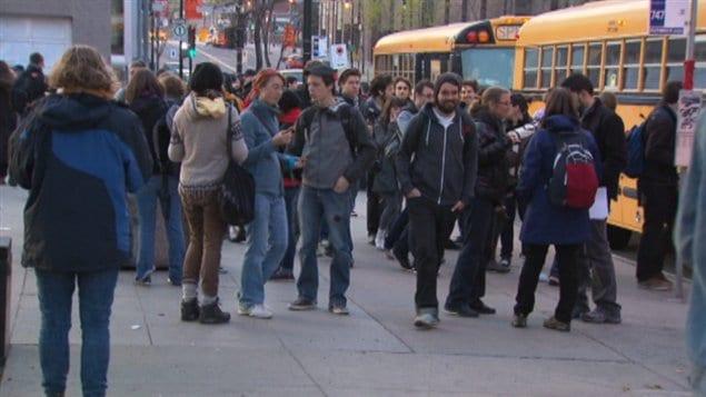 Des étudiants quittent Montréal en autobus