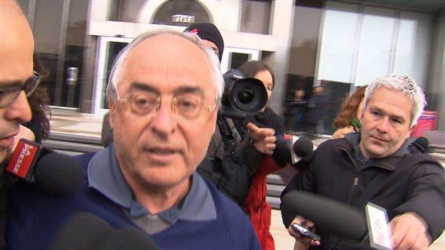 Le maire Richard Marcotte était attendu de pied ferme par les journalistes à sa sortie du quartier général de la SQ.