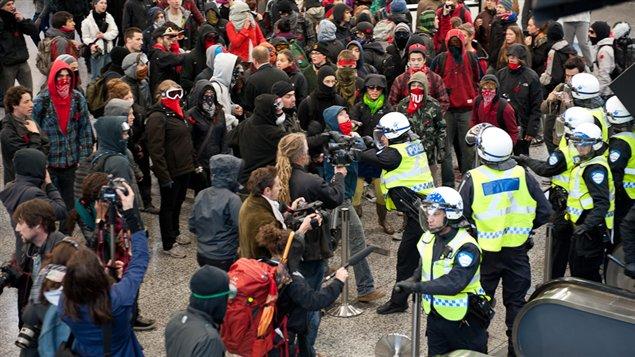 Intervention policière face aux manifestants au Palais des congrès