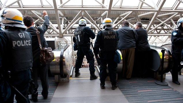 Des policiers intervenant au Palais des congrès