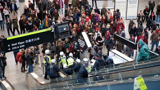 Manifestants et policiers au Palais des congrès