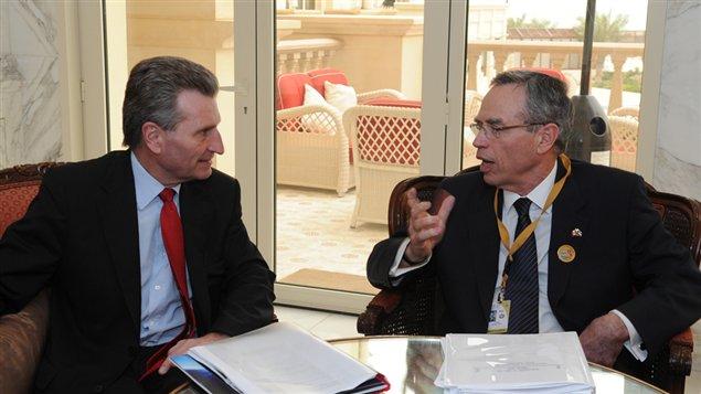 Le ministre des Ressources naturelles, Joe Oliver, a rencontré le commissaire à l'Énergie de l'Union européenne, Güenther Oettinger, au Koweit en mars dernier.