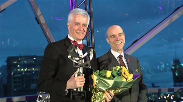 Richard Simoens, directeur de Radio-Canada Ottawa-Gatineau, reçoit le prix du dirigeant de l'année dans le secteur parapublic.