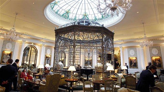 Le foyer de l'hôtel Savoy à Londres