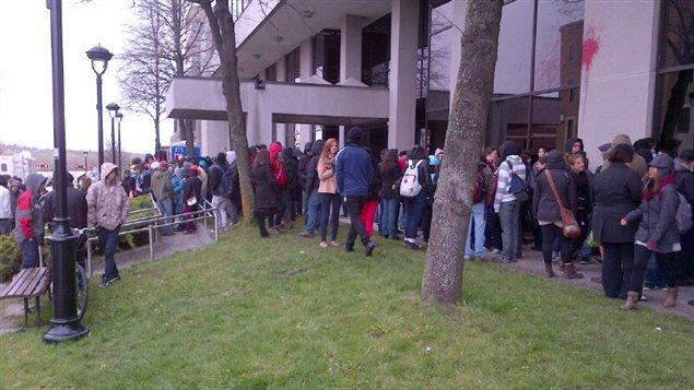 Des étudiants du Cégep manifestent devant le palais de justice de Sherbrooke.